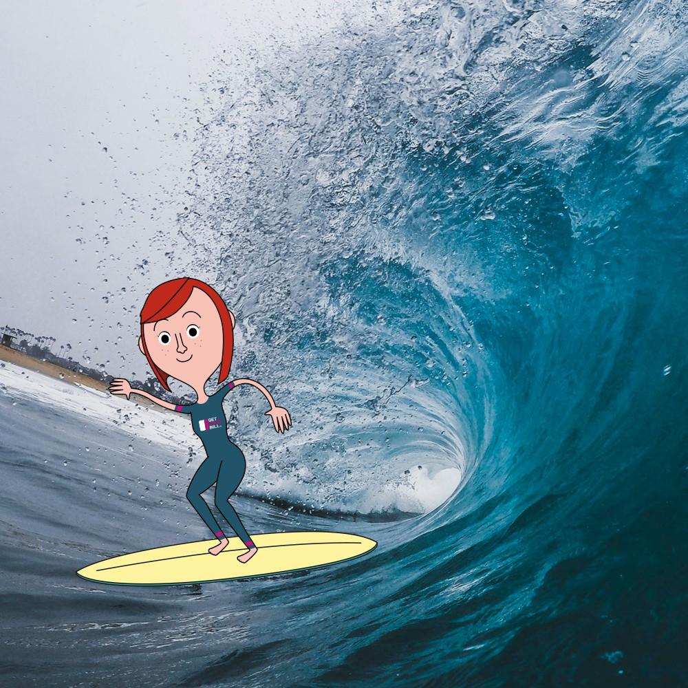 Lina cavalca l'onda sulla sua tavola da surf gialla